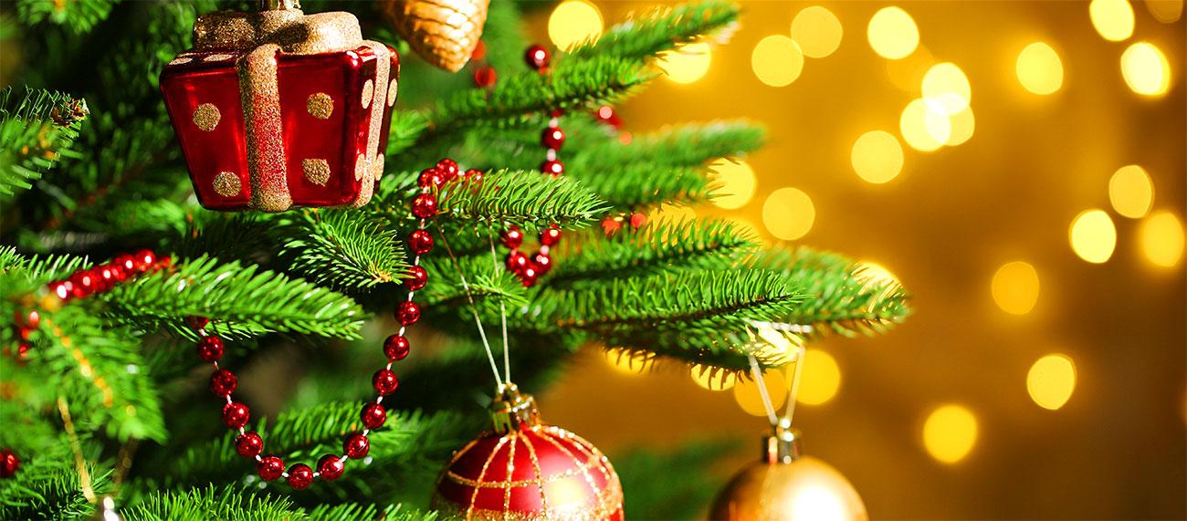 Julgran med julgranskulor